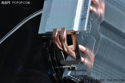 散热器采用热管直触的方式,在底座下边进行了压平处理,热管的玩去处理上也做的非常的精细。