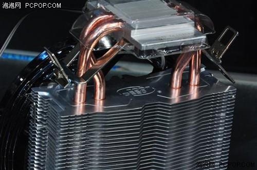 玄冰的散热器热管为2根,2根并列的热管在弯曲后进行了曲折,并列方式旋转了90度,能够有效的增加受风面积。